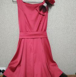 Το φόρεμα είναι θηλυκό κομψό