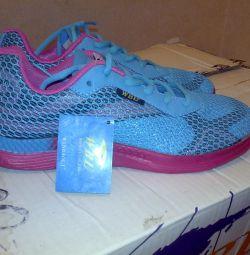 Νέα αθλητικά παπούτσια μπλε με ροζ πλέγμα.