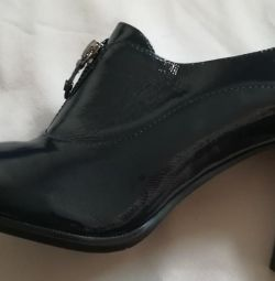 Ankle boots are blue, natural varnish, r-38.