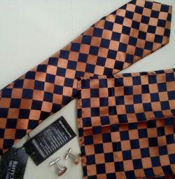 Ένα σύνολο γραβάτα, μανικετόκουμπα, κασκόλ.