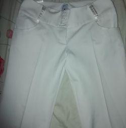 Τα παντελόνια είναι λευκά.