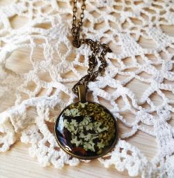 Pendant with natural materials