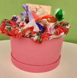 Un cadou. Cutie dulce pentru dinte dulce