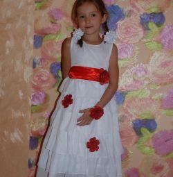 Белое нарядное платье со цветами