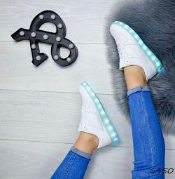 Прадам хороші зручні кросівки