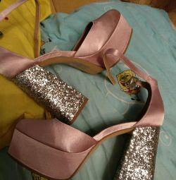İnce pembe ayakkabılar