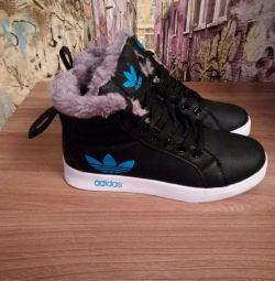 Нові зимові кросівки