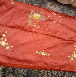 Cuvertura de pat este din mătase. Producție Japonia.