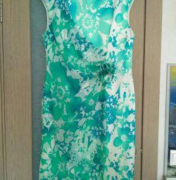 Το φόρεμα είναι πολύ όμορφο.