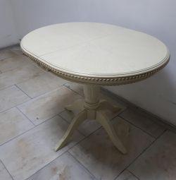 Masă de luat masa ovala cu patină aurie.