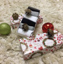 Ανώτερες κάλτσες σε ένα κουτί δώρου