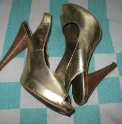 Χρυσά παπούτσια με ανοιχτή μύτη
