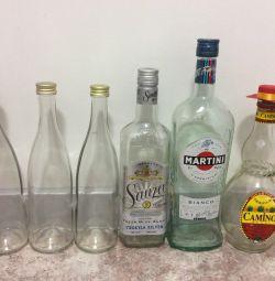 Стеклянные бутылки с закручивающимися крышками.
