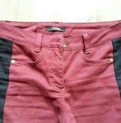 Τα συνδυασμένα τζιν (κόκκινο, μαύρο χρώμα
