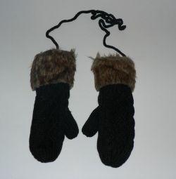 Mănuși tricotate cu blană. bej și negru