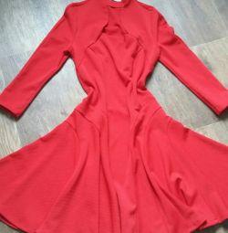 Яркое фирменное платье красное