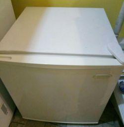 Ένα μικρό ψυγείο. Daewoo.