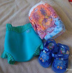 Havuz için mayolar, sandaletler ve çocuk bezleri