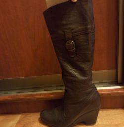 Δερμάτινες μπότες demi-season σε μια σφήνα