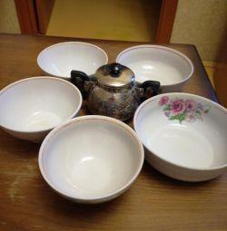 Bowls, salad bowls.
