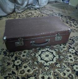 Фибровый чемодан