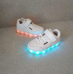 Нові кросівки зі світиться підошвою