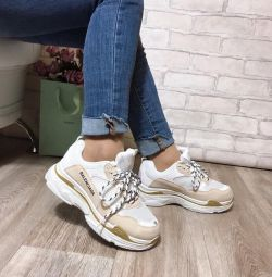 Τα πάνινα παπούτσια διαπερνούν τα αθλητικά παπούτσια