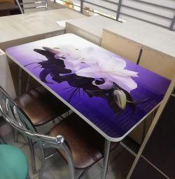 Склянний стіл