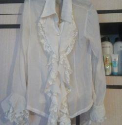 Біла шкільна блузки.