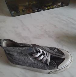Voi vinde pantofi de gimnastică pe băiat