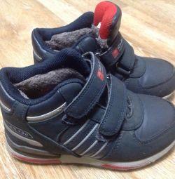 Ζεστά αθλητικά παπούτσια. Το μέγεθος είναι 30.