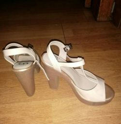 Sandals are not bright defect 1 times worn
