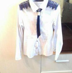 Σχολική μπλούζα με γραβάτα.