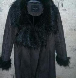 Το κοστούμι του παλτό ZARA sheepskin είναι ελαφρύ.
