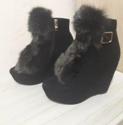 Ankle boots with real fur.