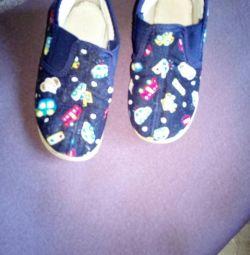 Pantofi diferiți