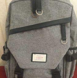 Telefonu şarj etmek için kordonla sırt çantası