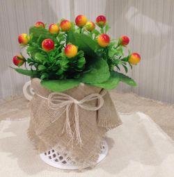 Цветы, ягодки искусственные в вазе для интерьера.
