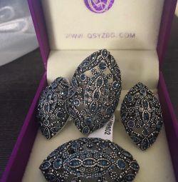 Un set de bijuterii din 5 articole. Rhodiu placat