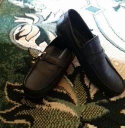 Взуття для хлопчика добре для школи.