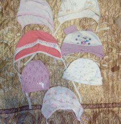 Набор чепчиков до года и красивая шапочка