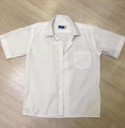 Oğlan beyaz gömlek