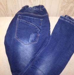 Jeans pentru un băiat pe cămașă.