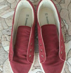 Μεταχειρισμένα παπούτσια. 39 σελ. (24 cm)