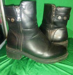 Boots demi-season. P-ry 38; 40.