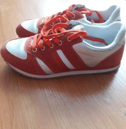Women's sneakers, new condition