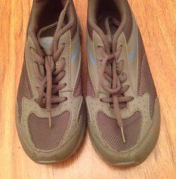 Gri spor ayakkabı