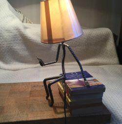 Masa lambası bir kitapla