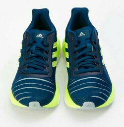 Τα αθλητικά παπούτσια είναι νέα.