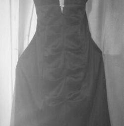 Μαύρο φόρεμα κοκτέιλ στο χορό